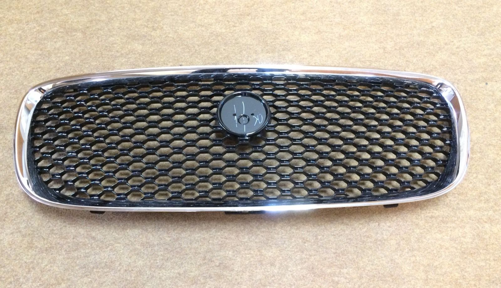 JAGUAR XF XFS (2016 ON) BLACK / CHROME FRONT CENTRE GRILLE – T2H3984.